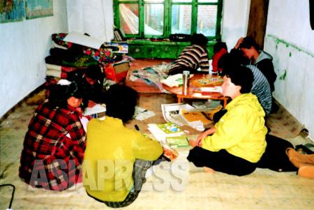 中国の隠れ家でのキルス一家。絵を描いたり日記を書いて過ごす