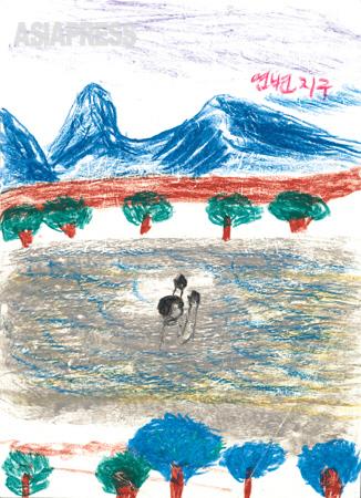 急流に耐えて 自由の地・中国延辺地区に向かって、流れの速い豆満江を泳いでいく僕の姿です。 ―デハン(キルスの叔父)