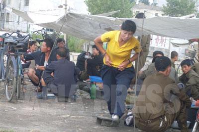 ジャンマダンは、商行為が行われる場であるのはもちろん、様々な情報が行き交う貴重な情報流通の場でもある。マダンは朝鮮語で広場という意味だ。写真は平安南道の安州(アンジュ)市のジャンマダン。(2008 年9 月 シム・ウィチョン撮影)
