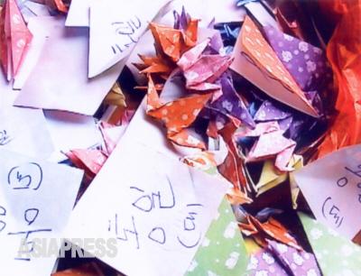 キルス一家はおよそ2年半の潜伏生活の間に30万個に及ぶ鶴を折っていた。北朝鮮民主化と韓国行きを願い、一枚一枚に各自の名前と、統一、自由などの文句を書いて折った。(撮影 石丸次郎)