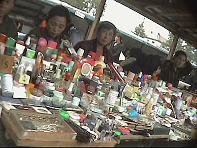 清津市の公設の総合市場で様々な種類の化粧品が並んでいる。主に中国から輸入されたものを個人が仕入れて売る。(2004年7月 リ・ジュン撮影)