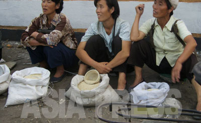 コメの値段は北朝鮮経済の状態を示すバロメーターだ。変動幅が大きい時には必ず内外に不安定要素がある。写真は平壌江東郡の路傍で少量のコメを売る女性たち。(2008 年8 月 チャン・ジョンギル撮影)