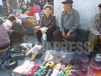 平安南道平城(ピョンソン)市の路地で、中国製の電線やコード、紐を販売している。庶民の暮らしはジャンマダン(市場)での商売を中心に回っている。いわば国民のほとんどが「市場勢力」なのだ。(2007年10月 リ・ジュン撮影)