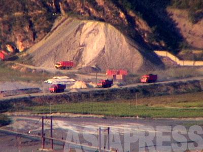 咸鏡北道にある茂山(ムサン)鉱山から中国に鉄鉱石が運び出される。世界屈指の埋蔵量を誇るが電力や技術の不足などから、北朝鮮はその価値を引き出せていない。(2007年8月 石丸次郎撮影)