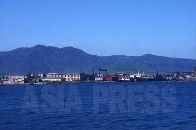 羅先市の羅津(ラジン)港は不凍港で波も穏やか。日本海に出口を持たない中国東北部にとって絶好の交易拠点になる可能性がある。(1997年8月 石丸次郎撮影)