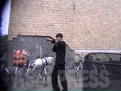 交差点に立った糾察隊の男が、やたらと笛を吹いて、通り過ぎる自転車を取り締まっている。荷物の積み過ぎの禁止、ナンバープレートの掲示など、北朝鮮では自転車に乗るにも細かい規則がある。(2006年12月咸鏡北道清津市 リ・ジュン撮影)