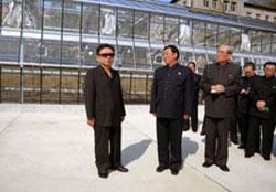 官営メディアに公開された金総書記が元山農業大学を訪問した時の写真。(2009年4月 朝鮮中央通信より)