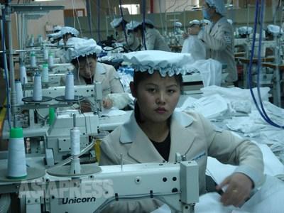 冷え切っている南北関係の中でも、着実に運営されている開城工業団地。北朝鮮にしてみれば、年間4000万ドル近い外貨収入がある他に、4万人を越える人々(幹部の子弟、縁者が中心)に仕事場を提供している事情があるため、おいそれと閉鎖する訳にはいかない状況だ。韓国もまるで南北関係を繋ぐ最後の糸であるかのように慎重に扱っている。2007年2月 撮影:李詩有 ©アジアプレス