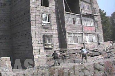 1階と2階には既に世帯が入居しているのがわかる。窓には盗難防止の格子も入れられている。(上下とも 2008年10月海州市 シム・ウィチョン撮影)