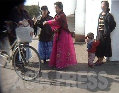 女性同盟の仕事として、街中の風紀取締りに動員された女性たち。「朝鮮女性の美風を率先して守る」としてチマ・チョゴリを着ている。(2006年10月清津市 リ・ジュン撮影)