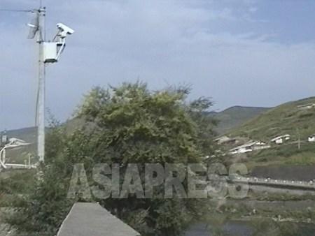 監視カメラが急増したのは2000年になってから。鴨緑江に向けて可動カメラが越境を24時間警戒する。2002年8月 吉林省の長白県にて 石丸次郎撮影 (C)アジアプレス
