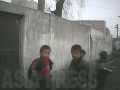 路地で遊ぶ子どもたち。みなりからしてコチェビではない。奥の方の壁が崩れているが片付けられ ていない。