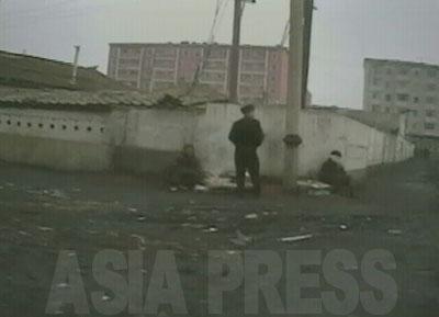 T字路に行き当たる。通行人を相手に2人の女性が商売をしている。ここの道端にはゴミが目立った。
