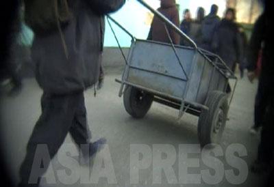 金属製の車体にゴムタイヤを使った少し上等なリヤカー。商行為の発達は物の運送と人の移動を活発にした。自転車、リヤカー、リュックサックは北朝鮮で商売をするのに欠かせない必需品である。