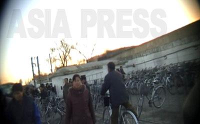 大市場の入り口付近の「自転車保管所」には整然と自転車が止められている。商売人や利用客の自転車を預かる。もちろん有料だ。