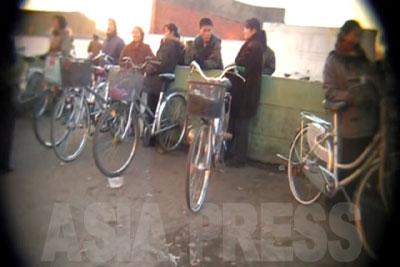 「自転車保管所」からほど遠くない所で、所在無げに自転車を止めて立っているのは自転車を売ろうとする人たちだ。