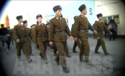 寺洞市場前の道を隊列を組んで歩く士官学校の学生たち。
