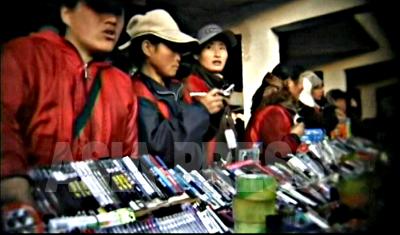 ペンやセロハンテープなどの文房具を販売している。市場に並ぶ工業製品のほぼ9割は中国製である。韓国製品の販売は禁止されている。中国製品には粗悪なものも多く評判はあまりよくない。