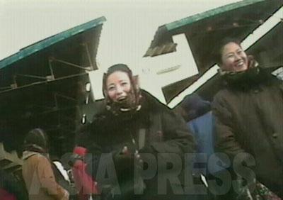 笑顔でずっと立っているこの2人の女性は、どうやら闇の外貨両替商のようである。ドルや円、中国元と朝鮮ウォンを替えてくれる。