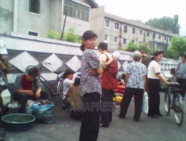 北朝鮮の庶民はロボットではない。それを最も如実に表しているのが、ジャンマダンと呼ばれる「市場」の形成と拡大だ。度重なる北朝鮮当局による取締りと統制を跳ね返し、今では庶民の生活に欠かせないものとして、完全に定着した。写真は2010年6月平安南道 撮影 金東哲(キム・ドンチョル)