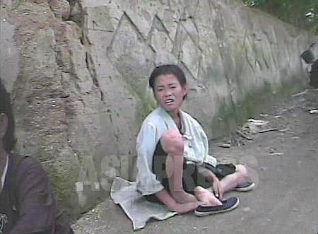 ▲「16歳です」。撮影者の問いにそう答えた女子中学生。身なりからコチェビ(ホームレス)ではなさそうだが、ひどい痩せようだ。2008年8月 黄海南道の海州(ヘジュ)市にてシム・ウィチョン撮影 (C)アジアプレス