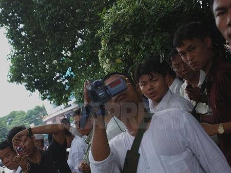 NLD(国民民主同盟)本部前で、カメラを構える軍事政権の警察関係者や情報部員たち。2008年6月 撮影 宇田有三