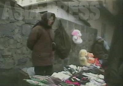 靴下や下着を売る店。壁に犬と熊のぬいぐるみが見える。