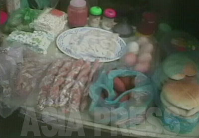 自宅で作ったパン、餅、卵、サツマイモなど食品類が並んでいる。