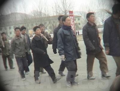 隊列を組んで作業現場に向かわされる労働鍛錬隊の収容者。(2006年4月咸鏡北道 リ・ジュン撮影)