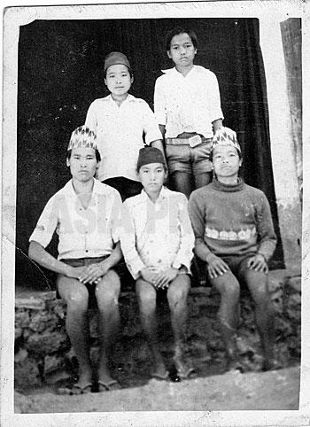 子供のころのアナンタ〈後ろ左〉(写真提供:オンサリ・ガルティ・マガル)