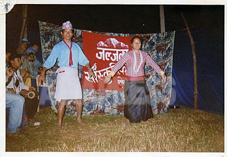 ジャルジャラ文化部隊のメンバーだったウシャが夜の集会で踊る。(写真提供:オンサリ・ガルティ・マガール)