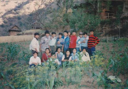 ロルパで活動していたマオイストの文化部隊。前列の一番右側にいるのがウシャ。(写真提供:オンサリ・ガルティ・マガール)