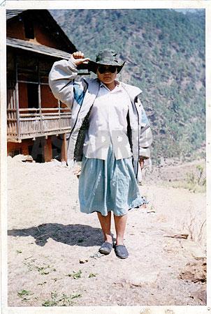 高校教師で、後にマオイストのリーダーとなったクリシュナ・バハドゥル・マハラの家の前でポーズをとるウシャ。このとき9年生。(写真提供:オンサリ・ガルティ・マガール)