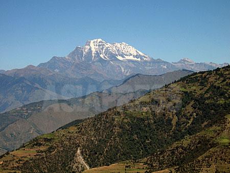 ロルパのタバン村から見たルクム郡の最高峰シスネ山。(撮影:2005・10 小倉清子)