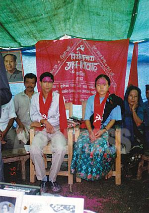 """ウシャ、アナンタと一緒に""""コミュニスト結婚式""""をあげたタラ(右)とソナム(左)。(写真提供:オンサリ・ガルティ・マガール)"""