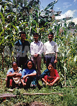 """1995年、""""コミュニスト結婚式""""を一緒にあげた3組のカップル。左側にアナンタ(後ろ)とウシャ(前)、中央にソナム(後ろ)とタラ(前)。(写真提供:オンサリ・ガルティ・マガール)"""