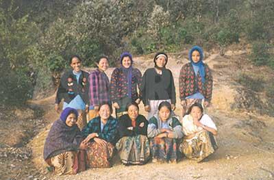 1996年、ロルパ郡のマオイストの女性組織のメンバーたち。前列右から2番目がウシャ。(写真提供:オンサリ・ガルティ・マガール)