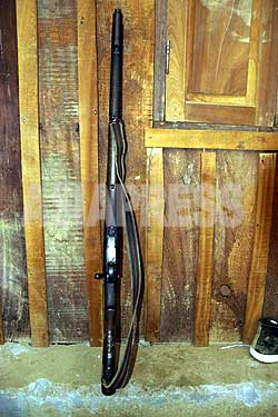 人民戦争初日の1996年2月13日、ロルパのホレリ警察所襲撃で使われた.303ライフル。武装闘争を始めるにあたって、プラチャンダ党首みずからが、ヒマラヤ山岳地帯のマナンに出向いて購入した2本のライフルのなかの1本。(写真提供:「人民戦争から和平協定まで」写真展実行委員会)