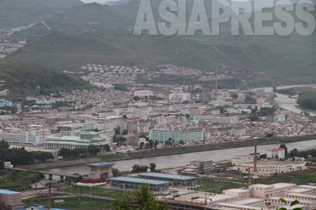 両江道の道庁所在地である恵山市。鴨緑江を挟み中国の長白県と向かい合っている。2010年7月 アジアプレス撮影(C)アジアプレス