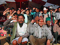 ルクム郡チャウリジャハリの集会で村人に紹介された同郡人民政府のメンバーたち。(2003年3月4日 撮影 小倉清子)