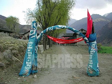 タバン村トゥーロガウンの入り口にマオイストが作った歓迎の門。(2003年3月 撮影 小倉清子)