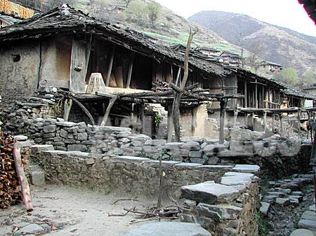タバン村トゥーロガウンの集落。家々が密着して建てられているのは、この村の特徴である。2003年3月に訪れた当時、空き家がたくさんあった。(2003年3月 撮影 小倉清子)