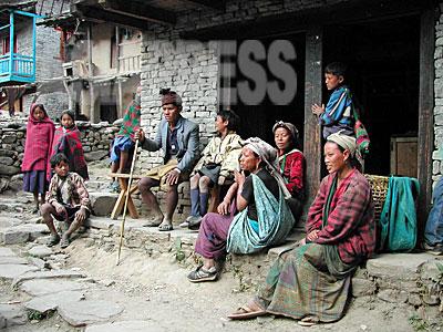 タバン村トゥーロガウンでくつろぐ村人たち。(2003年3月 撮影 小倉清子)