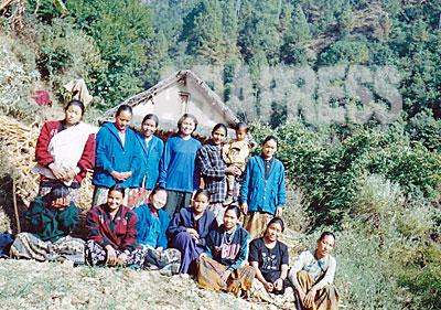 """マオイストのロルパ郡女性組織のメンバーたち。前列右端が""""ヨジャナ""""。タバン村で最初の女性ゲリラとなった""""ジョバンサリ""""はヨジャナの妹である。(オンサリ・ガルティ・マガール提供)"""
