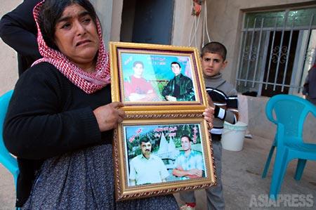 【2007年8月の爆弾事件で息子2人を失った女性。死者は375人にのぼり、人口2万5000の小さな町ではどの家族も誰かを失っていた。(ニナワ県ギルオゼール・撮影:玉本英子)】