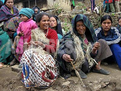 タバン村トゥーロガウンで大麻の繊維を繰る女性たち。ロルパ郡北部の女性たちにとって、大麻の繊維は大切な収入源である。(2006年3月 撮影 小倉清子)