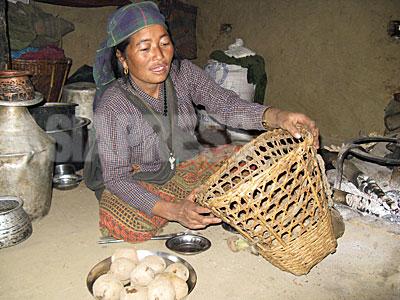 """最初の女性ミリシアのメンバーだった""""チャハナ""""。タバン村フンティバンにある自宅にて。(2009年1月 撮影 小倉清子)"""