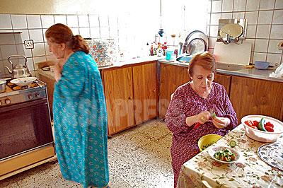 バグダッドの一般家庭の台所。停電と断水、物価高は主婦たちをも悩ませている。(撮影 玉本英子)