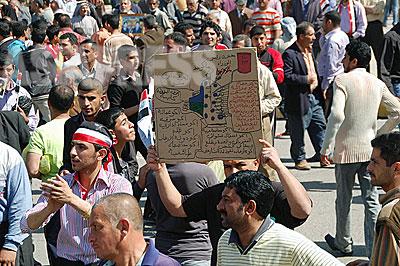 毎週金曜日にバグダッド市内の広場で政府を批判するデモが行われる「水がない、電気がない、仕事がない」手作りのプラカードを持った男性の姿があった。(撮影 玉本英子)