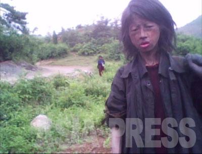 キム・ドンチョルが平安南道を取材中に出会った女性のコチェビ。キム記者が聞き取りをしたところによると、彼女は23歳。両親が「貨幣交換」によって商売が回らなくなり、家を売って「家族コチェビ」になったが、両親は死亡。彼女一人で放浪生活をしていた。撮影から5ヶ月後の10月にトウモロコシ畑の中で死亡しているのが発見されたという。(2010年5月撮影)